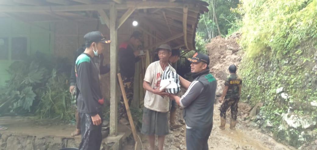 Ansor Nawangan Bantu Korban Tanah Longsor